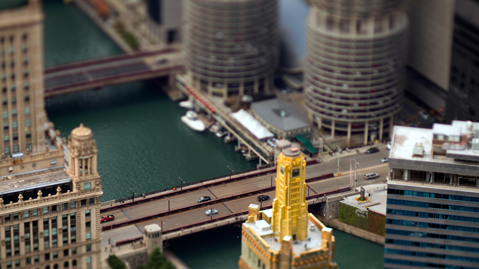 First tilt-shift shot of the Cloud Gate in Chicago: Photography with a Tilt-Shift Lens